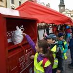 Oblastní Charita Pardubice předvedla kontejner na obnošené šatstvo, děti si ho mohly samy vyzkoušet