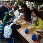 U stánku Apolenky poznávaly děti po hmatu přírodní materiály