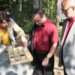 paletu s geologickými ukázkami a úkoly si prohlédl radní Pk Václav Kroutil